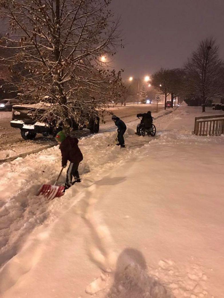 24. Дети, помогающие мужчине на коляске убирать снег доброта, мир, поступок
