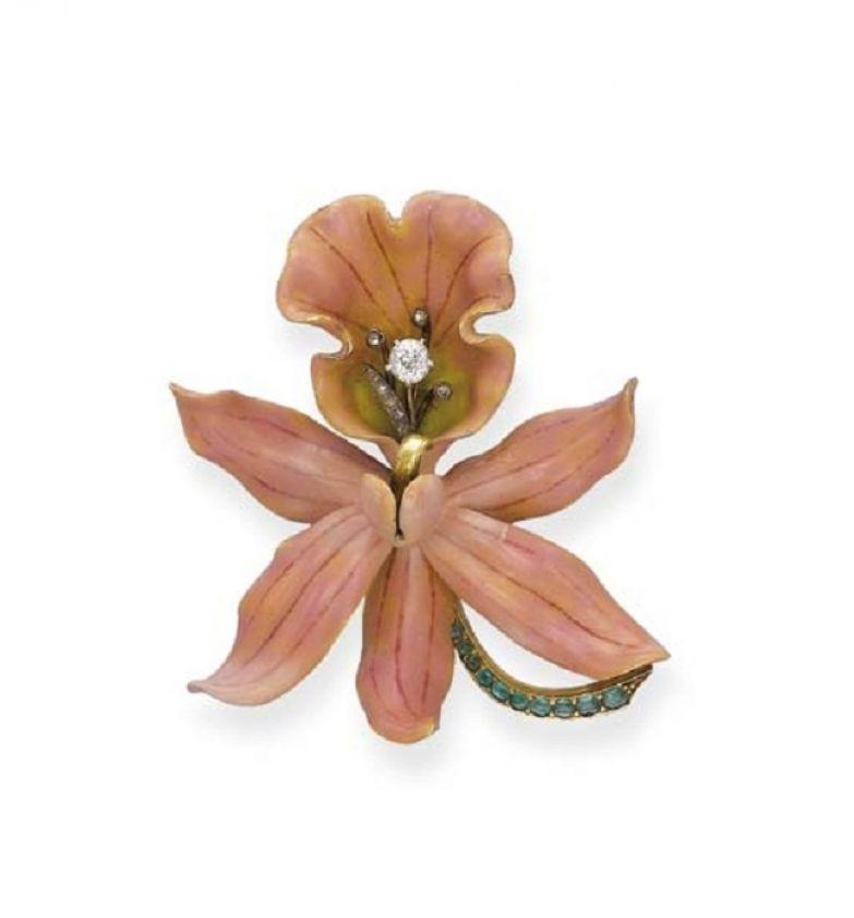 Фарнхэм. Орхидея Calante Veitchii. Матовая  бежево-розовая эмаль. Нежно-зелёная  в центре с бриллиантовой тычинкой.  Изумрудный стебель. 1890 год.