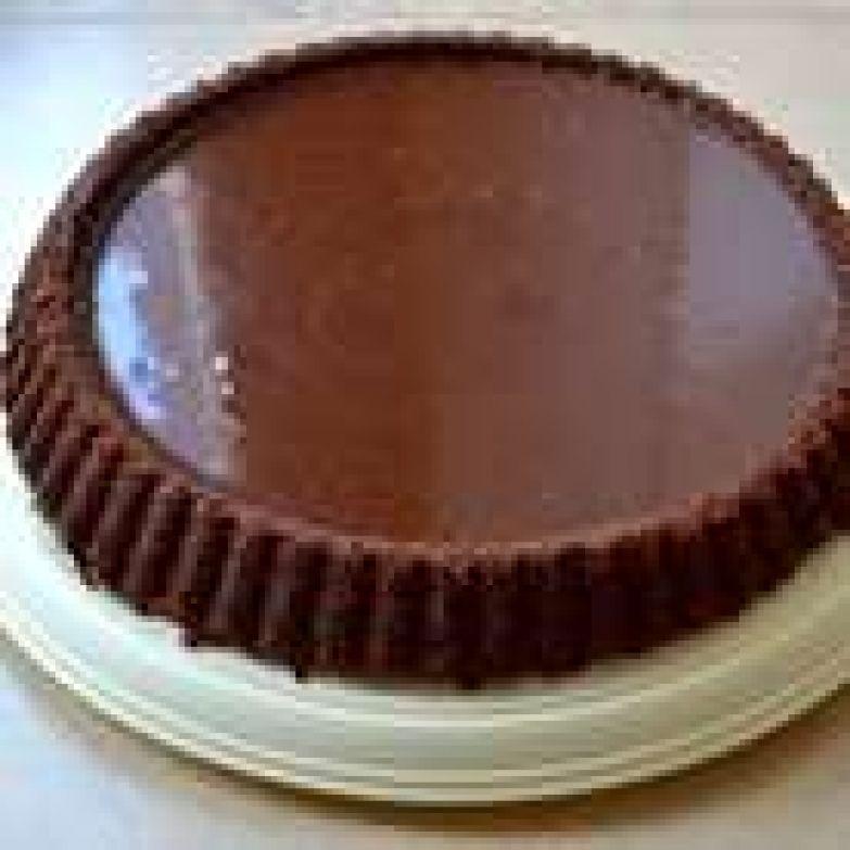 Еще слегка теплый ганаш залить в подготовленный бисквит. Разровнять. Дать постоять 20 минут при комнатной температуре и после убрать торт в холодильник на 3 часа. Часть ганаша немного впитается в бисквит.