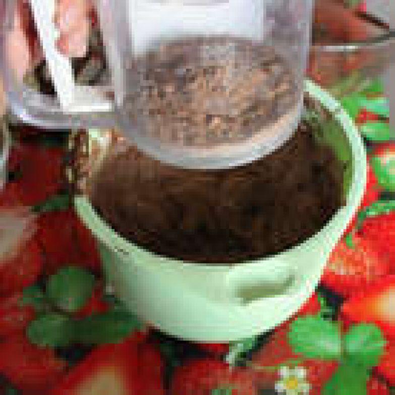 Вручную с помощью мягкой лопатки примешайте просеянную муку и какао порошок.