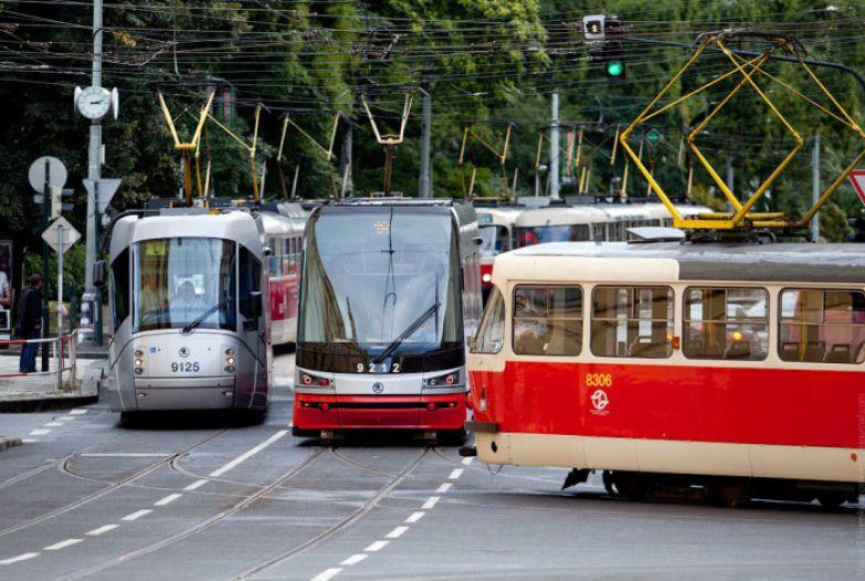 Пробка трамваев в которой представлены 3 из 4-х видов пражских трамваев.