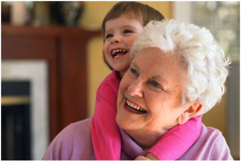 Бабка и мама смотрят как доч моеца