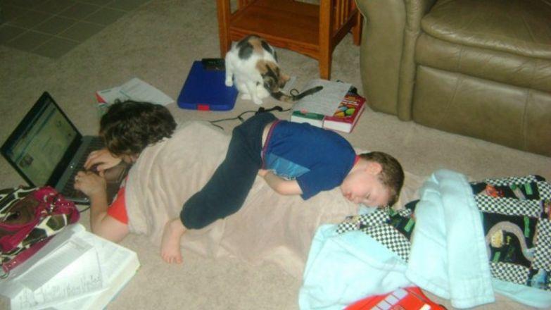7. Кому вообще нужна кровать, если есть отец? дети, дети спят