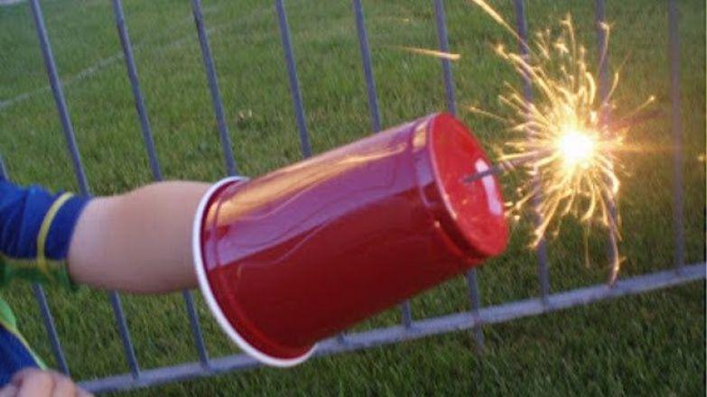 22. Используйте пластиковый стакан, чтобы ребенок не обжегся о бенгальский огонь дети, подсказки, родители, хитрости