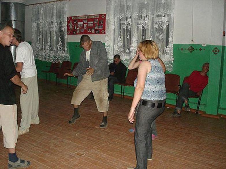 Чувак в красном в поле пахал весь день, на танцы сил нехватило! деревня, дискотека, клуб, прикол, село