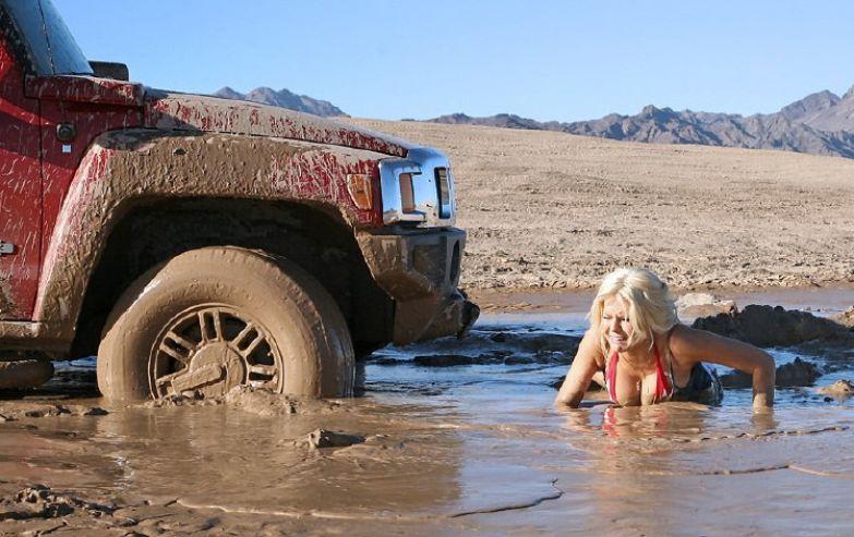 Нужно вытащить машину из грязи? Давайте, милые девушки, вставайте в первые ряды. прикол, равноправие, феминизм, юмор