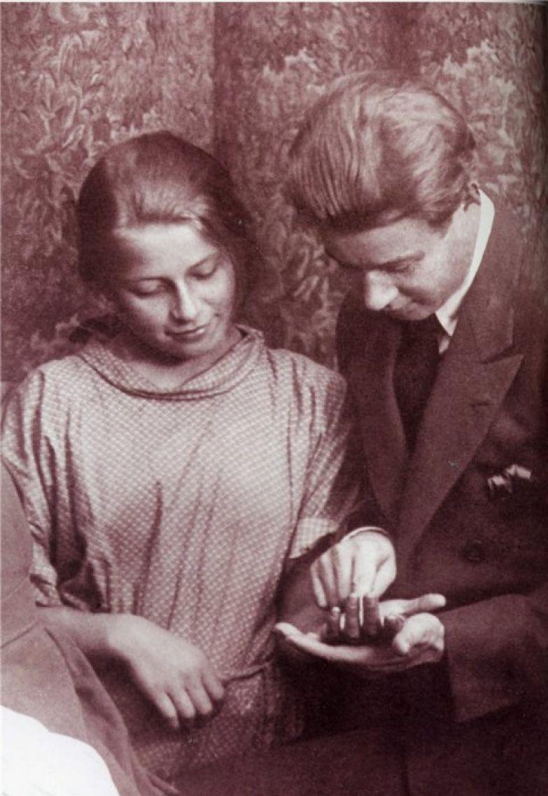 Сергей Александрович Есенин гадает по руке своей сестры. 1924 год.
