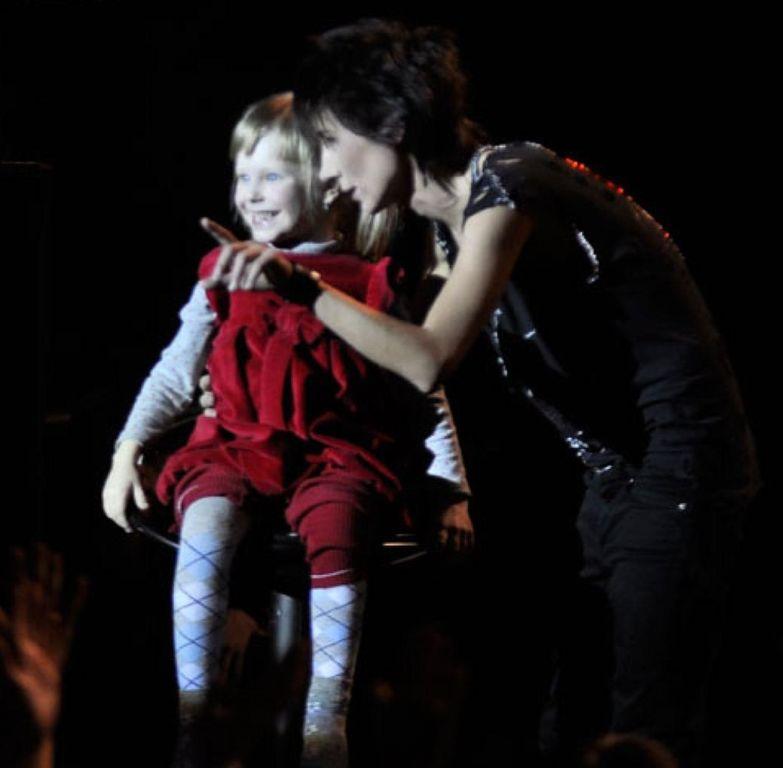 Земфира и ее маленькая поклонница. Посмотрите, сколько счастья в глазах! звезды, кумиры, поклонники, эмоции