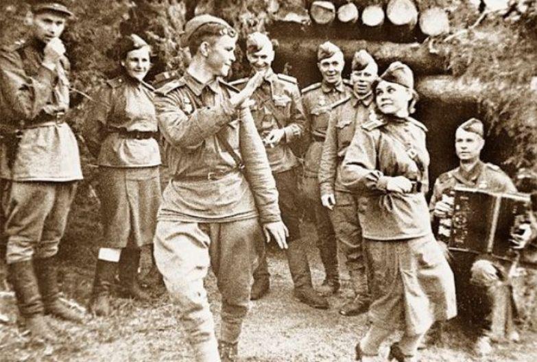 Война - войной, а молодость брала свое.