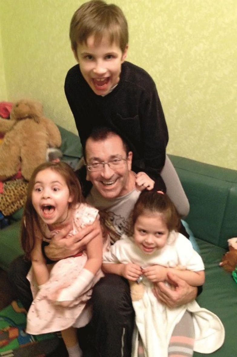 Внучки Даша и Соня занимаются танцами, а внук делает успехи в тейквондо
