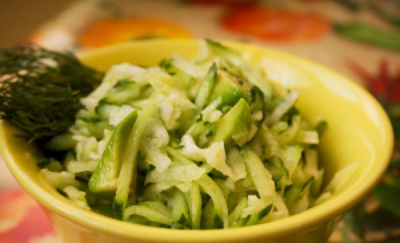 Японский салат с дайконом и огурцом