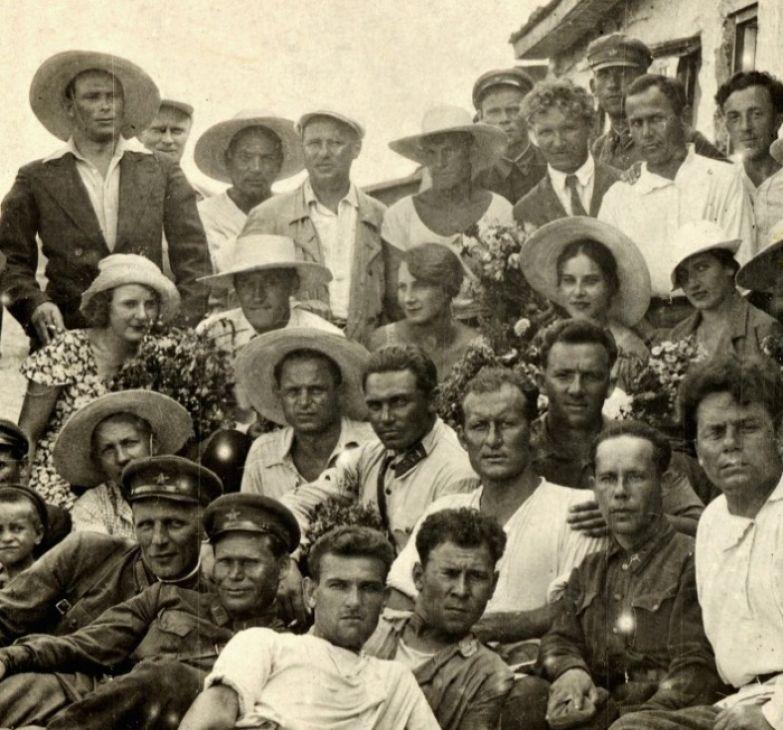 МХАТ на гастролях, середина 1930-х гг. Софья Пилявская – в 3-м ряду вторая справа | Фото: izbrannoe.com