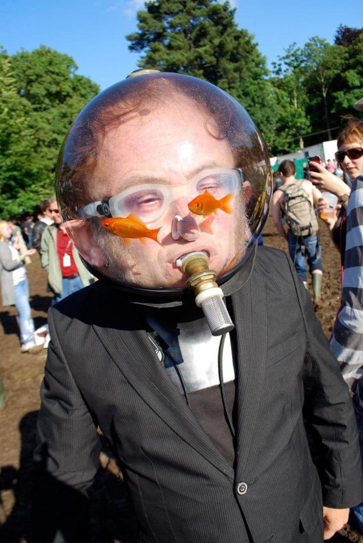 Человек, который хотел стать аквариумом и стал им. идиоты, прикол, фрики, юмор