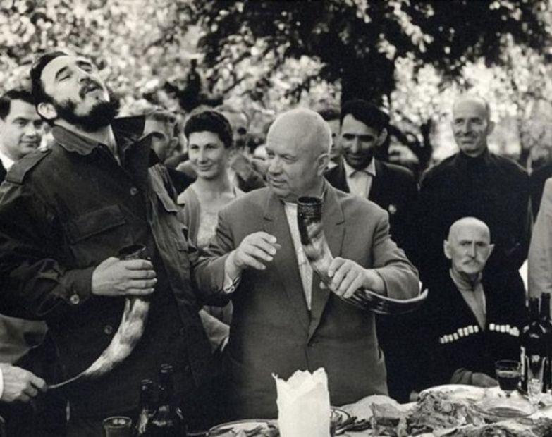 Первый секретарь ЦК КПСС и кубинский революционер пьют вино из рога, Грузия, 1963 год.