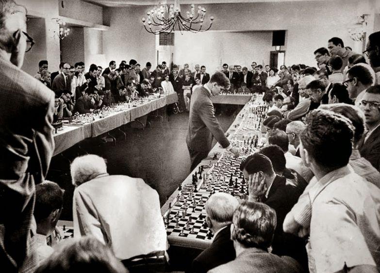 Шахматист из США Бобби Фишер проводит сеанс одновременной игры с 50 игроками. 1964 год