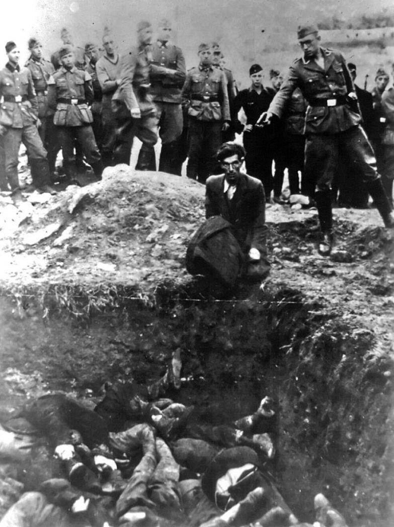 Немецкий солдат убивает украинского еврея во время массового расстрела в Виннице, между 1941 и 1943 годами