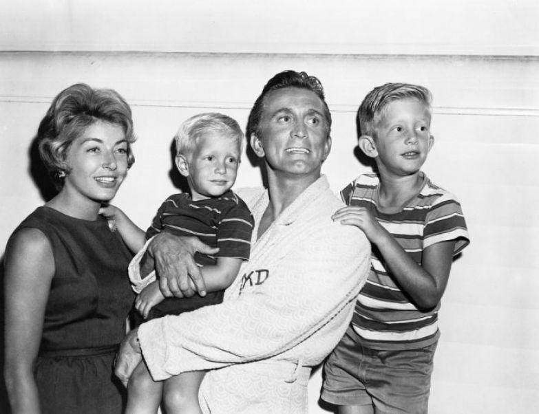 Кирк Дуглас и Энн Байденс с сыновьями. / Фото: www.celebitchy.com