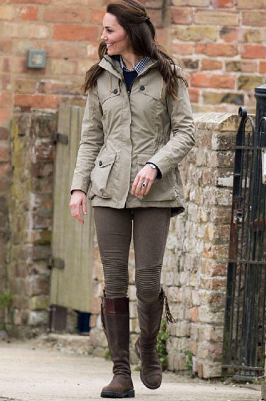 Кейт Миддлтон (ветровка Troy London за 450 долларов, джемпер J Crew, рубашка Gap, джинсы Zara за 54 доллара, сапоги Penelope Chilvers за 750 долларов)