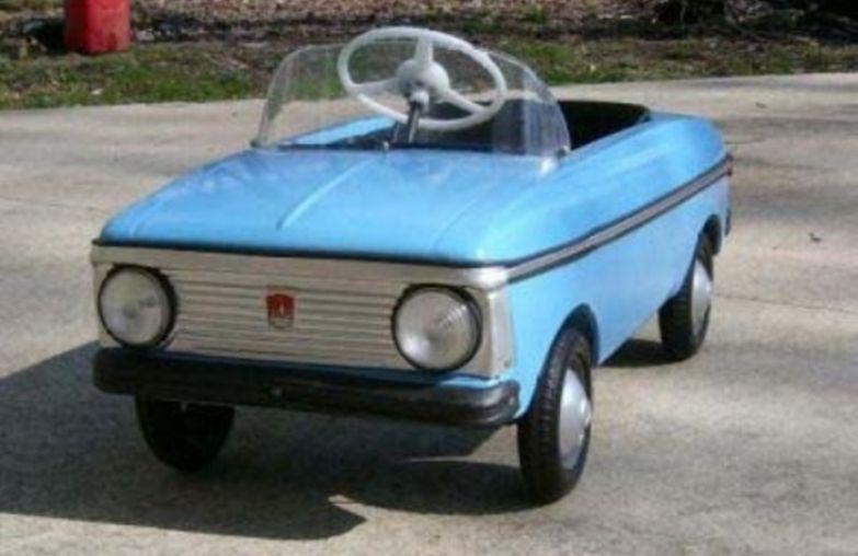 Детский педальный автомобиль.