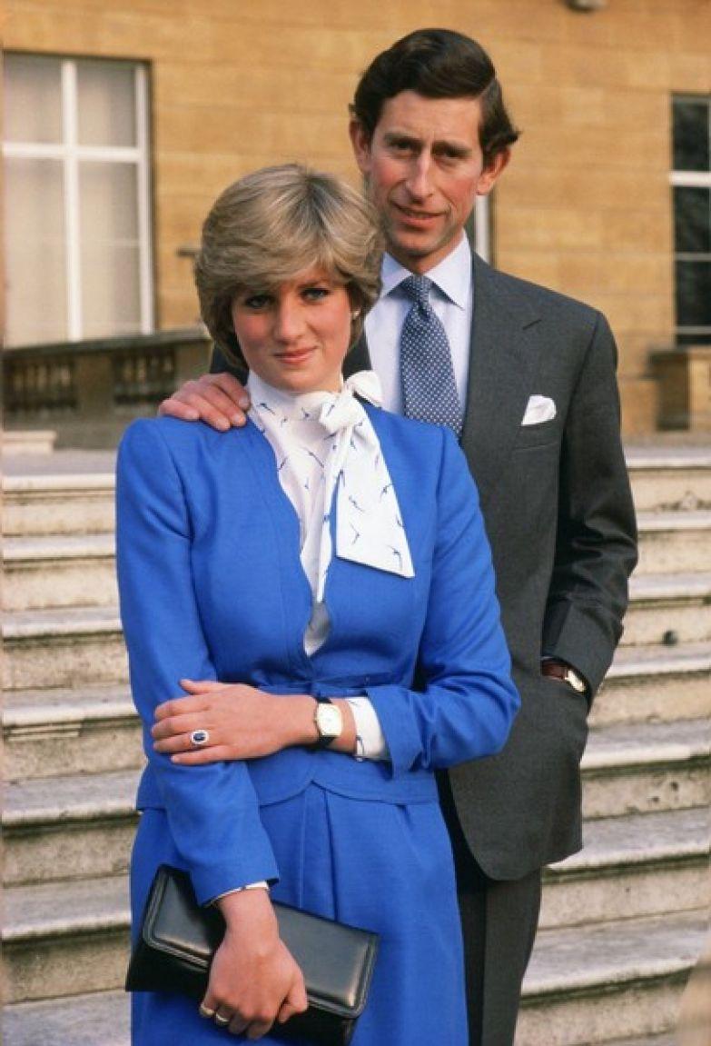 В честь помолвки Чарльз подарил Диане кольцо с сапфиром и бриллиантами