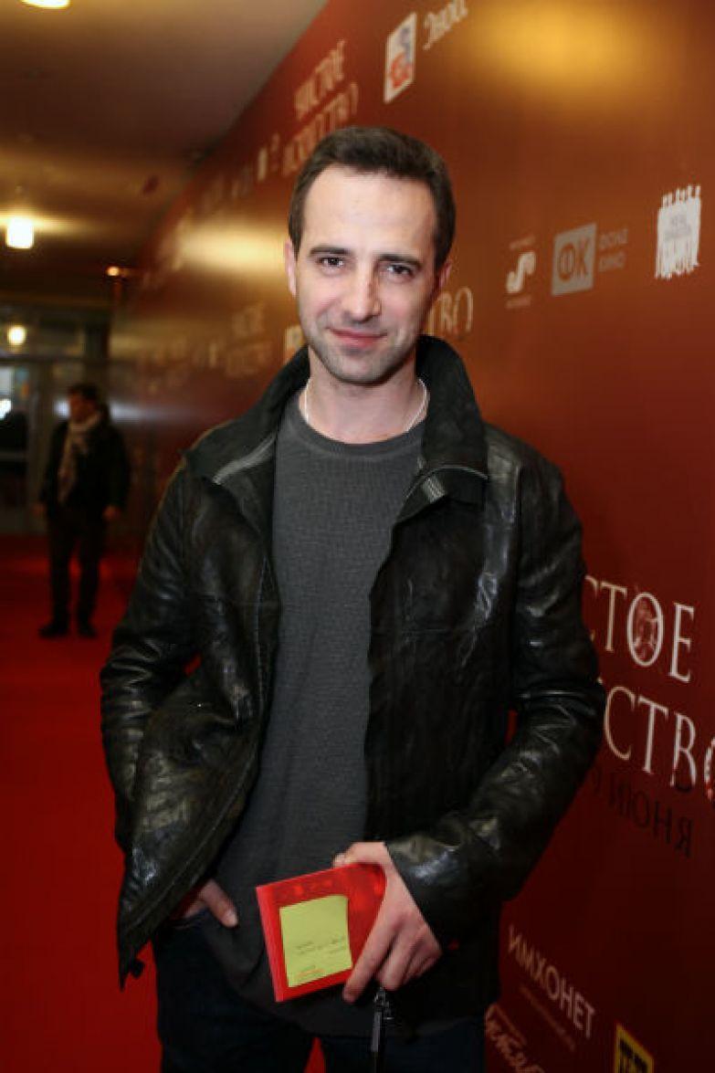 Актер востребован в профессии, но редко дает интервью