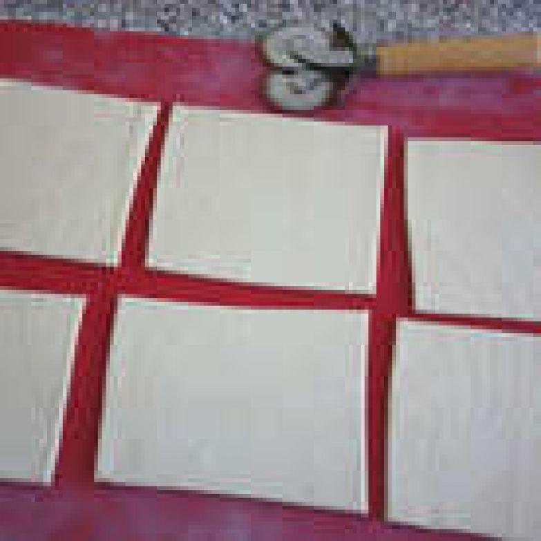 Готовое тесто разморозить при комнатной температуре. Каждую пластину раскатать до 20х30 см и разрезать на 6 одинаковых квадратов. чинк