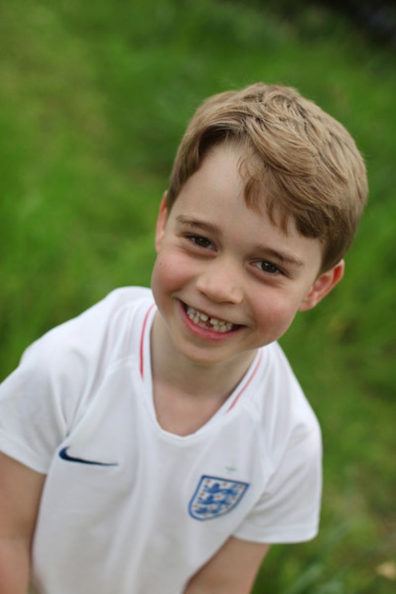 Мальчик, как и его папа, увлекается футболом