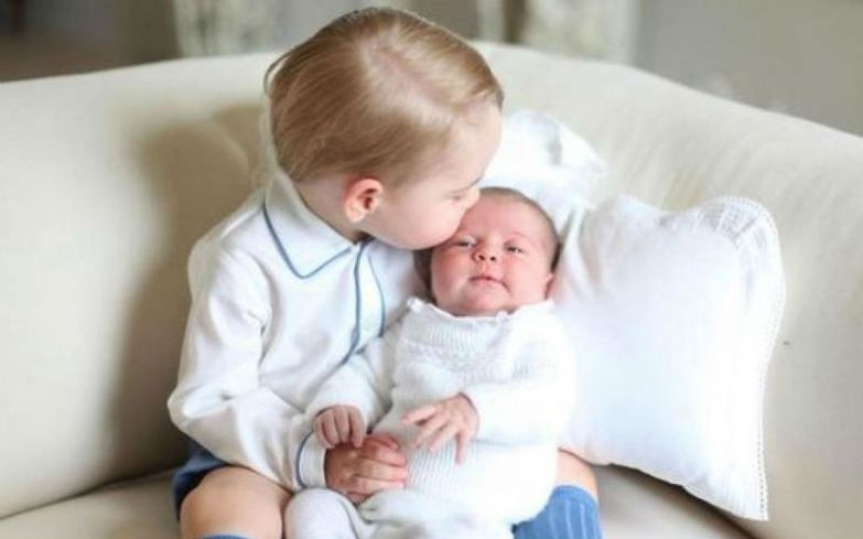 Принц Джордж держит на руках свою младшую сестру принцессу Шарлотту © Фото: legion-media.ru