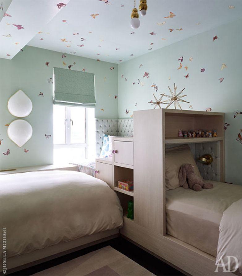 Крохотные светильники в девичьей детской сделаны по дизайну Майкла Анастассиадиса. Стены оклеены обоями от de Gournay.