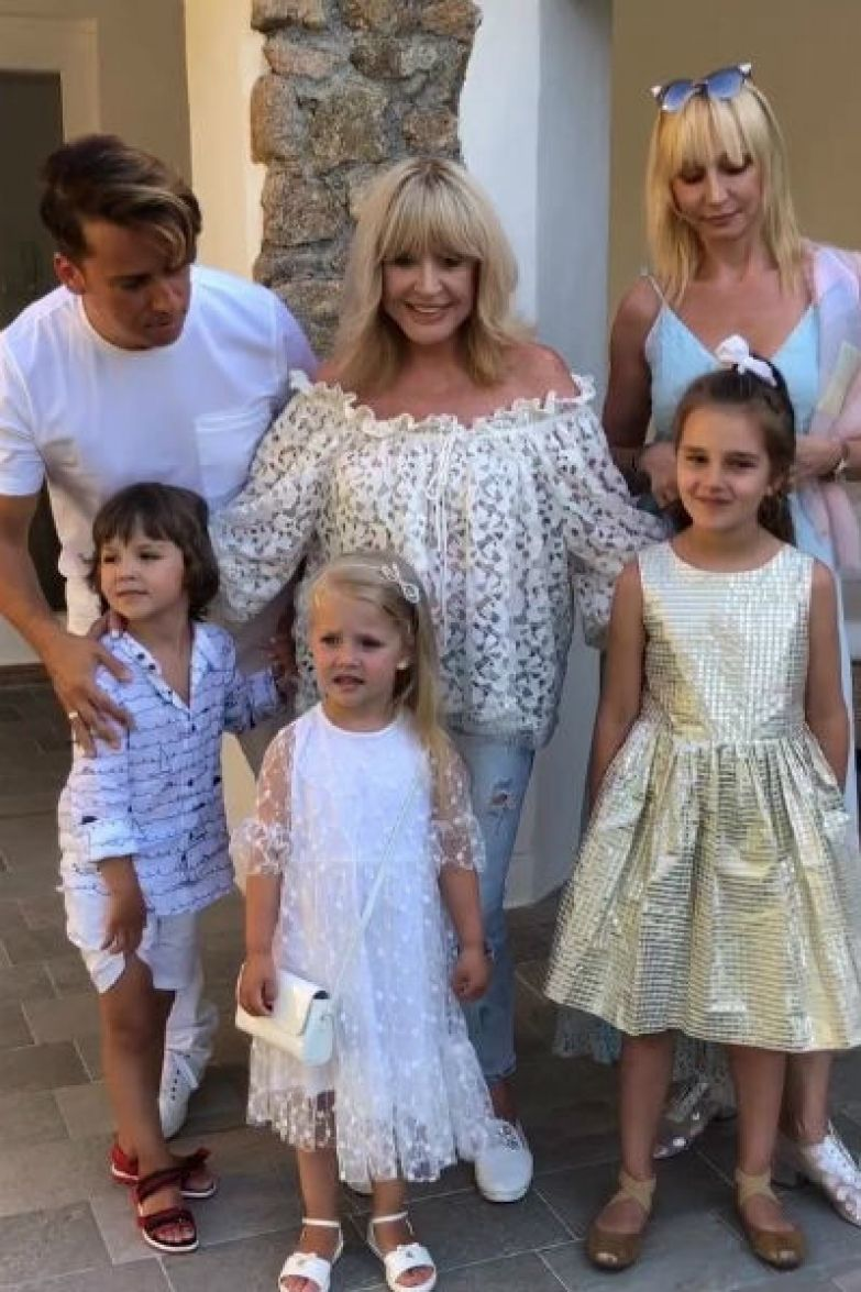 Вся семья обожает Лизу и Гарри, поэтому детей часто балуют
