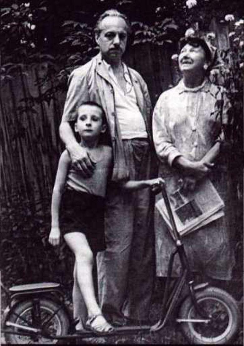 Рина Зелёная и Константин Топуридзе с внуком. / Фото: www.sevkray.ru
