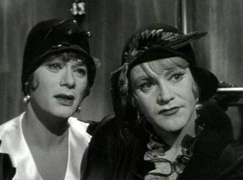 Дафна и Жозефина смотрят с осуждением