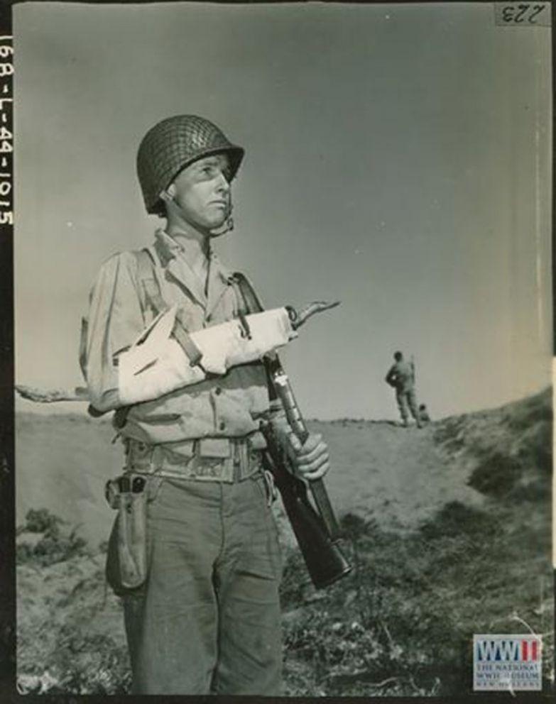 Капрал Кларенс Мэтсон демонстрирует, как использовать штык и палку, чтобы наложить шину на сломанную руку во время отработки маневров в Сан-Луис-Обиспо, штат Калифорния, 27 марта 1944