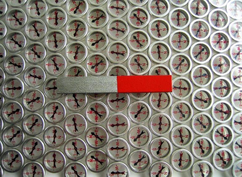 Посомтрите, как интересно стрелка компаса реагирует на магнит. прикол, физика, юмор