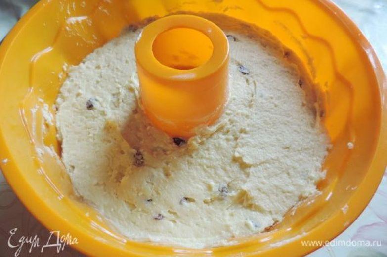 Форму для кекса заполняем подготовленным тестом. Если у вас форма силиконовая, ее не нужно ничем смазывать. обычную форму выстилаем бумагой для выпечки или смазываем маргарином и припудриваем мукой. Тесто хорошо поднимается при выпечке, поэтому оно должно заполнить форму не больше, чем на 2/3.