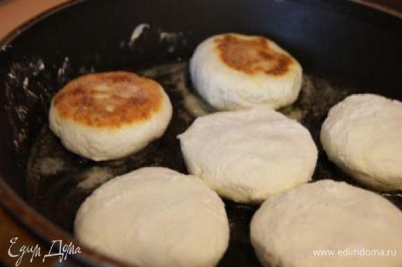 Добавить кукурузную муку. Сформировать сырники. Каждый сырничек обвалять в кукурузной муке. Выпекать на сковороде, смазанной растительным маслом.
