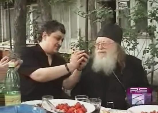 Отец Рафаил (Карелин) во дворе дома сидящей Анастасии