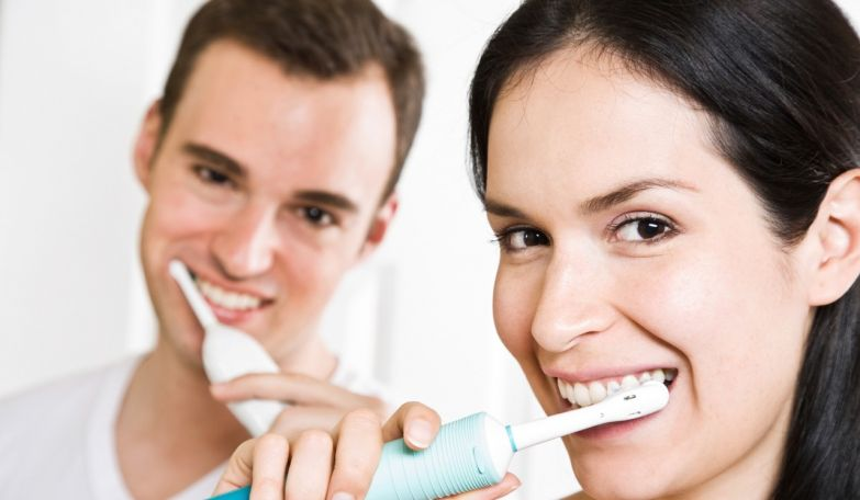 Картинки по запросу brushing teeth with electric toothbrush